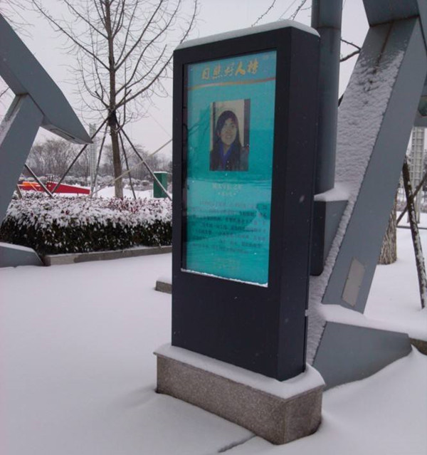 What are the benefits of outdoor LCD advertising display for customers?